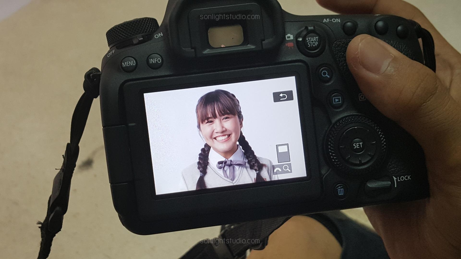 ฉากถ่ายรูป พื้นหลังสีขาวล้วน ไฟสตูดิโอ 3 ดวง เพื่อถ่ายภาพนิ่ง นักแสดงในละครซีรีย์